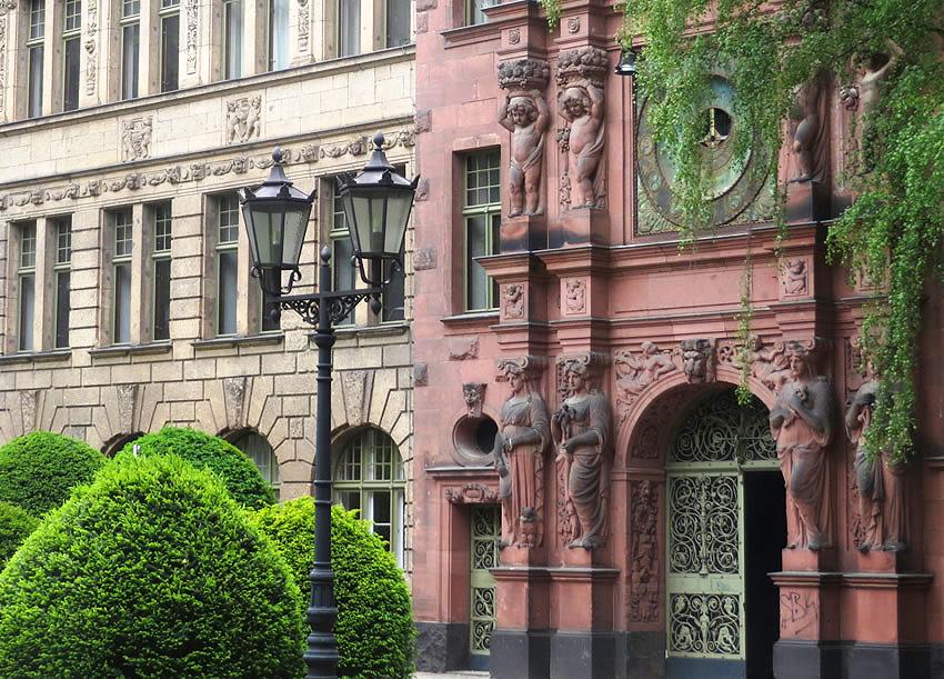 secret places in berlin a hidden kreuzberg courtyard. Black Bedroom Furniture Sets. Home Design Ideas